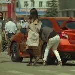 Sokkolja a járókelőket a színváltós Subaru! (videó)
