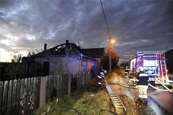Tűzoltók dolgoznak egy 130 négyzetméteres családi ház tetőszerkezetében keletkezett tűz oltásán Galgamácsán, a Kossuth Lajos utcában 2015. november 11-én. A tüzet megfékezték, személyi sérülés nem történt. MTI Fotó: Mihádák Zoltán