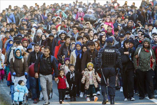 Migránsok a szlovén-osztrák határ felé mennek rendőri kísérettel a szlovéniai Sentiljben 2015. október 31-én. MTI Fotó: Varga György