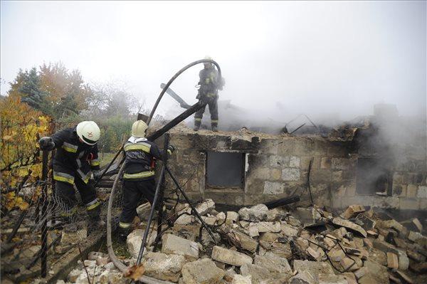 Tűzoltók a XXII. kerületi Árpád utcában, ahol robbanás után romba dőlt, majd kigyulladt egy melléképület 2015. november 9-én. A romok alól előkerült egy férfi holtteste. MTI Fotó: Mihádák Zoltán