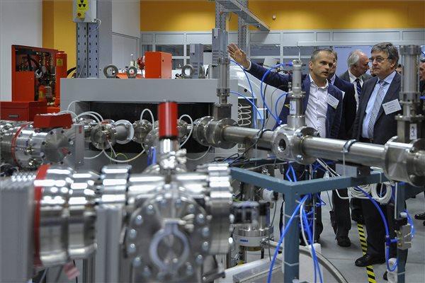 Lovász László, az MTA elnöke (j) a Magyar Tudományos Akadémia (MTA) debreceni Atommagkutató Intézete új Tandetron részecskegyorsítójának átadásán 2015. december 1-jén. MTI Fotó: Czeglédi Zsolt