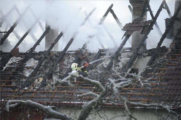 Tűzoltó dolgozik egy családi ház oltásánál Pilisszentlászlón 2015. december 11-én. MTI Fotó: Mihádák Zoltán