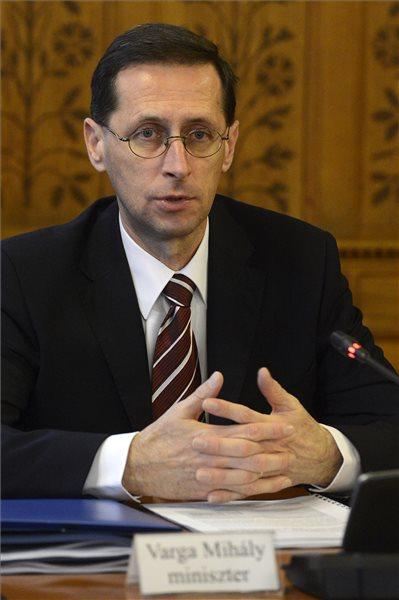 Varga Mihály nemzetgazdasági miniszter éves meghallgatásán az Országgyűlés gazdasági bizottságának ülésén az Országházban 2015. december 10-én. MTI Fotó: Soós Lajos