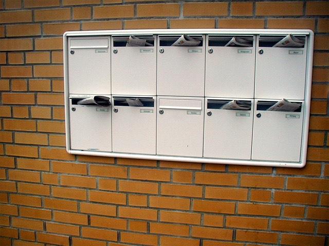 téglafal postaláda