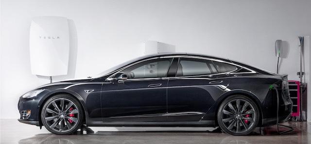 Tesla Powerwall. Akár elektromos autót is tölthetünk róla, bár a teljes feltöltéshez önmagában kevés a 6,4 kWh kapacitás