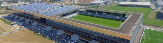 A világ legnagyobb, stadionba telepített szolárerőművét a bieli Tissot Arena tetején építették. A 62 db ABB TRIO inverterrel szerelt naperőmű teljesítménye 2,1 MW. kép: tissotarena.ch