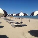 Tengerpart, meg napsütés, meg homok, egyenlő áram!