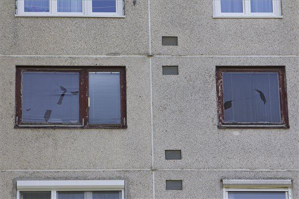 Viharban betört ablakok Szombathelyen 2016. július 13-án. Előző nap este a nyugat felől érkező zivatarok főként Szombathelyen okoztak károkat, ezért a városban meg kellett erősíteni a helyi katasztrófavédelmi erőket. A viharos széllel, jégesővel és felhőszakadással kísért zivatarok néhol a közlekedést is akadályozták. MTI Fotó: Varga György