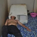 Kínai férfi meg akarta javítani a mosógépét, de a feje beszorult a dobba