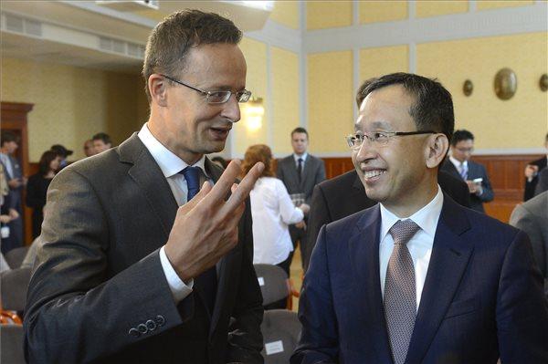 Szijjártó Péter és Csang Sze-ung a Külgazdasági és Külügyminisztériumban tartott sajtótájékoztatójuk után. MTI Fotó: Soós Lajos