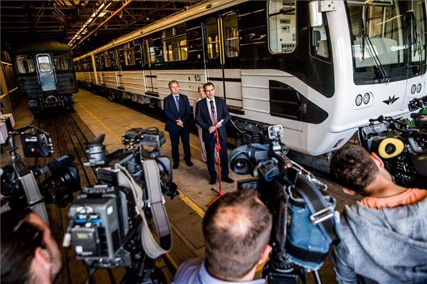 Bolla Tibor, a BKV Zrt. elnök-vezérigazgatója a budapesti 3-as metróvonal első Oroszországban felújított metrószerelvényének bemutatóján a BKK Kőér utcai járműtelephelyén 2016. szeptember 27-én. MTI Fotó: Balogh Zoltán