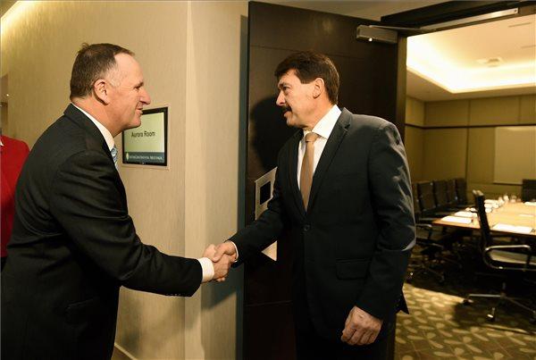 Áder János köztársasági elnököt (j) fogadja John Key új-zélandi kormányfő Wellingtonban 2016. november 13-án. MTI Fotó: Bruzák Noémi
