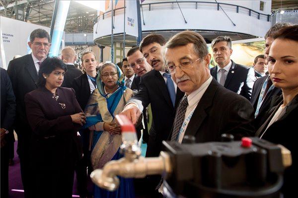 Áder János köztársasági elnök (k), Ameenah Gurib-Fakim, Mauritius elnöke (b) és Sejk Haszina Vazed, Banglades miniszterelnöke (b2) a Budapesti Víz Világtalálkozó 2016 konferencia kiállításán a budapesti Millenárison a háromnapos rendezvény első napján, 2016. november 28-án. MTI Fotó: Koszticsák Szilárd