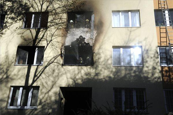 Tűzoltók dolgoznak egy panelház egyik első emeleti lakásába keletkezett tűz oltásán a XI. kerületi Fehérvári úton 2016. november 28-án. A lakás teljes terjedelmében égett. A tűz továbbterjedését sikerült megakadályozni.  Az épületet kiürítették, tizenöt embernek kellett elhagynia otthonát. A mentők egy embert súlyos sérüléssel, négyet megfigyelésre vittek kórházba. MTI Fotó: Mihádák Zoltán