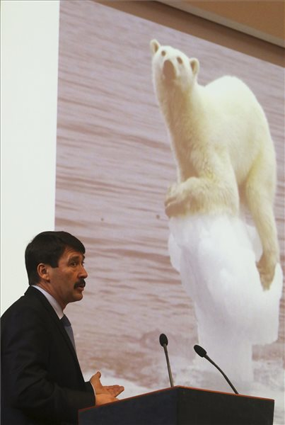 Áder János köztársasági elnök előadást tart a környezeti fenntarthatóság kihívásairól és azok társadalmi, gazdasági összefüggéseiről a Miskolci Egyetemen 2016. december 7-én. MTI Fotó: Vajda János