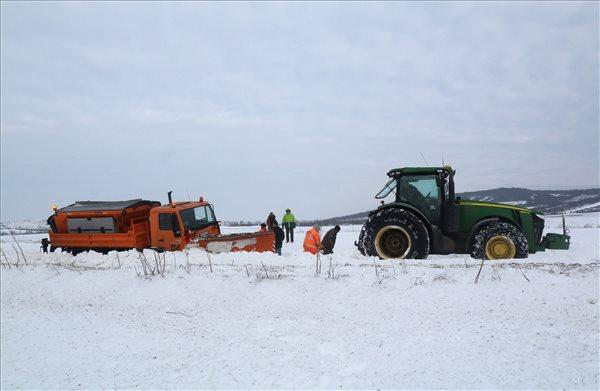 Elakadt hókotró mentésén dolgoznak Legyesbénye közelében 2017. január 18-án. A munkagép a hóátfúvás miatt dolgozott. MTI Fotó: Vajda János