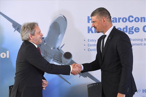 Vargha Tamás, a Honvédelmi Minisztérium parlamenti államtitkára (b) és Szepessy Kornél, a HungaroControl Magyar Légiforgalmi Szolgálat Zrt. vezérigazgatója kezet fog a stratégiai megállapodás aláírása után a Hungarocontrol budapesti székházában 2017. március 28-án. MTI Fotó: Kovács Tamás