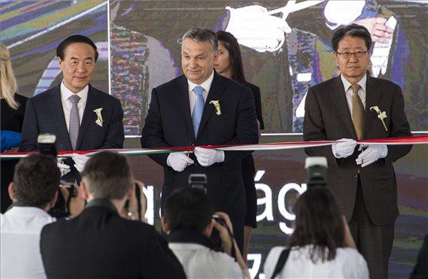 Orbán Viktor miniszterelnök (k), Dzsun Jong Hjun, a Samsung SDI vezérigazgatója (b) és Jim Gun Hjong dél-koreai nagykövet átvágja a nemzetiszínű szalagot a Samsung SDI gödi elektromos jármű akkumulátor gyárának nyitóünnepségén 2017. május 29-én. MTI Fotó: Szigetváry Zsolt
