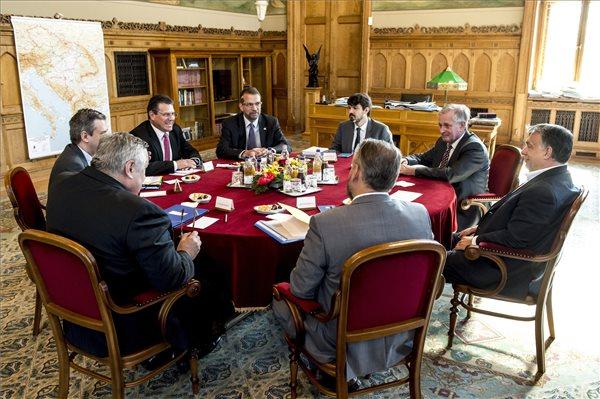 A Miniszterelnöki Sajtóiroda által közreadott képen Orbán Viktor miniszterelnök (j) tárgyal Maros Sefcoviccsal, az Európai Unió (EU) energetikai unióért felelős biztosával  (b3) az Országház Nándorfehérvári termében 2017. június 20-án. Jobbról Gottfried Péter, Orbán Viktor miniszterelnök európai és külgazdasági főtanácsadója (j2). MTI Fotó: Miniszterelnöki Sajtóiroda / Árvai Károly