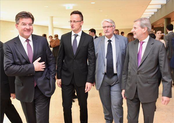 A Külgazdasági és Külügyminisztérium (KKM) által közreadott képen Miroslav Lajcák szlovák külügyminiszter, Szijjártó Péter külgazdasági és külügyminiszter, Witold Waszczykowski lengyel és Karl Erjavec szlovén külügyminiszter (b-j) a Külügyek Tanácsa (KÜT) ülésén, illetve a Keleti Partnerség miniszteri találkozóján Luxembourgban 2017. június 19-én. MTI Fotó: KKM / Szabó Árpád