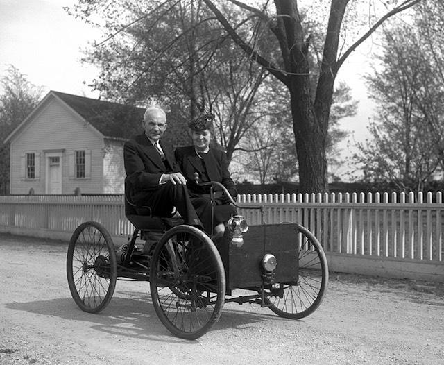 """Henry és Clara Ford az első """"önmagától haladó"""" Quadricycle-én"""