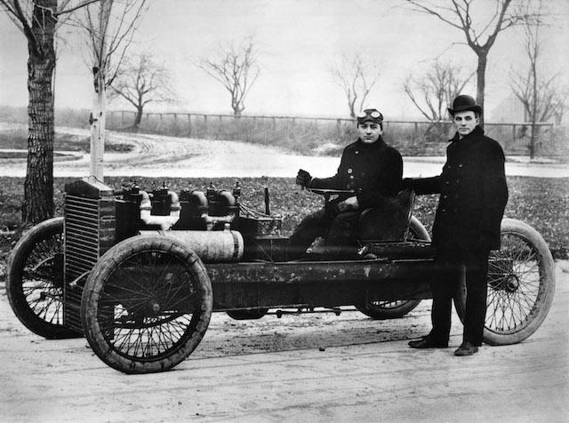 A félelmet megvető Barney Oldfield és Henry Ford a 999-es típusszámú versenyautóval