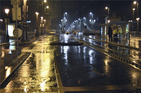 Beszakadt útburkolat a budapesti Fővám téren 2015. augusztus 18-ra virradó éjjel. MTI Fotó: Mihádák Zoltán