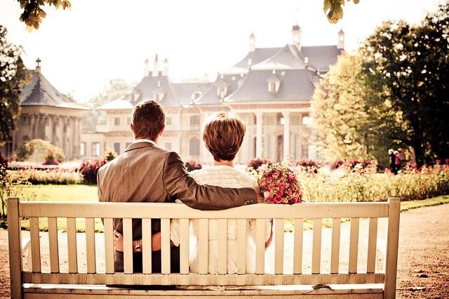 Esküvő házaspár családi ház