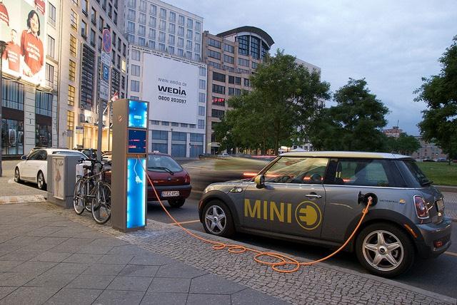 (Részben) német elektromos autó töltése Berlinben. fotó: Jürgen Stemper // Bloemche Berlin