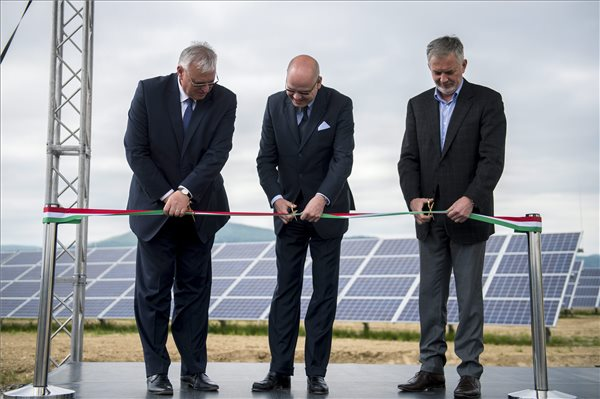 Aradszki András, a Nemzeti Fejlesztési Minisztérium energiaügyért felelős államtitkára, Csiba Péter, az MVM Zrt. elnök-vezérigazgatója és Páva Zsolt polgármester (b-j) az új pécsi fotovoltaikus erőmű átadásán 2016. április 28-án. MTI Fotó: Sóki Tamás