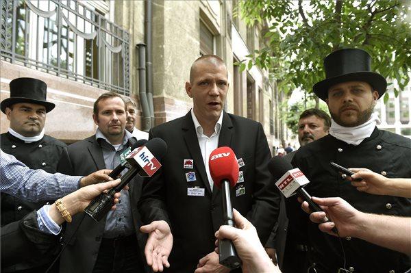 Vámos Csaba, a Kéményseprők Országos Szakszervezetének elnöke beszél a Belügyminisztérium előtt tartott sajtótájékoztatón 2016. június 13-án. Mellette Király Péter alelnök (j). Az Alkotmánybírósághoz fordulnak a kéményseprők az eddig évente végzett kéményellenőrzések két évre történő ritkítása miatt. MTI Fotó: Bruzák Noémi