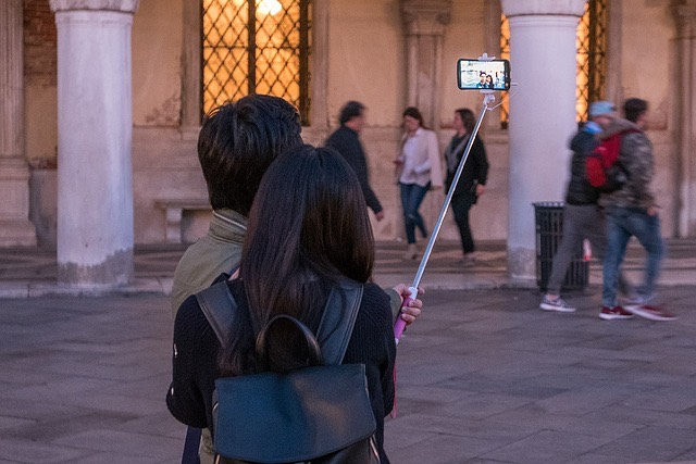Selfie szelfi túristák okostelefon
