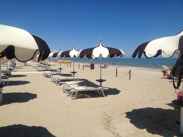 olasz tengerpart strand homok napernyő