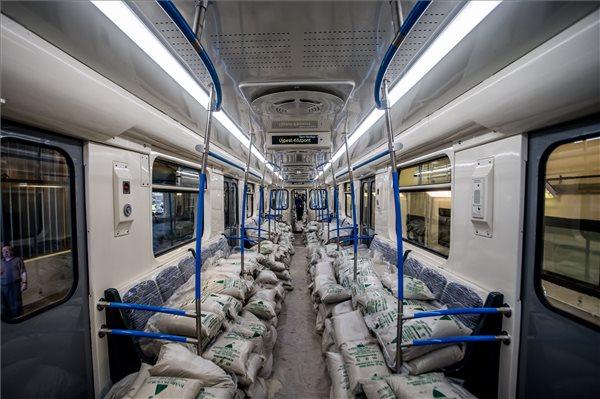 A budapesti 3-as metróvonal első Oroszországban felújított metrószerelvénye a BKK Kőér utcai járműtelephelyén 2016. szeptember 27-én. MTI Fotó: Balogh Zoltán
