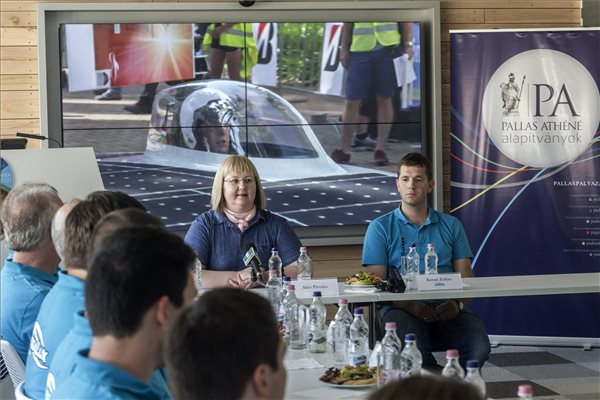 2016. szeptember 12. Ailer Piroska, a kecskeméti Pallasz Athéné Egyetem intézményvezetője (szemben b), mellette Kutasi Zoltán tanszéki mérnök az egyetem MegaLux járműépítő csapatának a Dél-Afrikát átszelő, napelemmel hajtott autók versenyéről, a South African Solar Challenge-ről tartott indulás előtti sajtótájékoztatóján a Pallas Athéné Domus Animae Alapítvány (PADA) budapesti székházában 2016. szeptember 12-én. A csapat a szeptember 24-én kezdődő verseny Challenger kategóriájában indul, amelyben a járművek energiaforrása egy hat négyzetméteres Si-egykristályos napelemtábla. MTI Fotó: Szigetváry Zsolt
