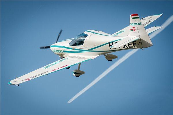 Kecskemét, 2016. szeptember 28. Az eFusion elnevezésű, kétüléses, teljesen elektromos repülőgép magyarországi bemutatóján a Kecskeméthez tartozó Matkópusztai Repülőtér légterében 2016. szeptember 28-án. Az elektromos üzemű, hazai fejlesztésű repülőgép hajtásáról a Siemens Zrt. kutatás-fejlesztési csapata és a németországi anyavállalat által közösen fejlesztett rendszer gondoskodik. A repülőgéptestet a Magnus Aircraft Zrt. fejlesztette és gyártotta. MTI Fotó: Ujvári Sándor
