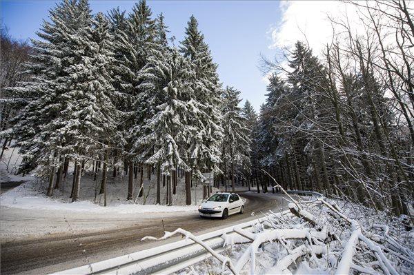 Kékestető, 2016. november 13. Behavazott fák Kékestetőn 2016. november 13-án. A Kékestetőn előző nap este este már 10 centiméteres hóréteget mért az Országos Meteorológiai Szolgálat. Emellett több soproni és más dunántúli állomás is több centiméteres hóréteget jelzett. MTI Fotó: Komka Péter