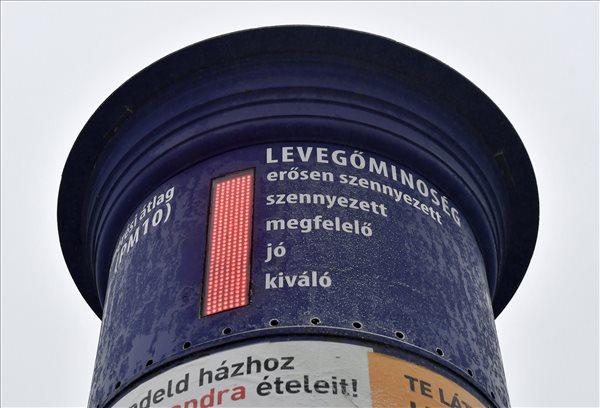 A levegő minőségét mérő berendezés a fővárosi Soroksári úton 2017. január 23-án. Tarlós István főpolgármester elrendelte a szmogriadó riasztási fokozatát a fővárosban. A magas szállópor-koncentráció miatt ezen a napon reggel 6 órától Budapest közigazgatási területén tilos azzal a gépjárművel közlekedni, amelynek forgalmi engedélyében a környezetvédelmi osztályt jelölő kód 0; 1; 2; 3; 4, vagy amelyek forgalmi engedélye nem tartalmaz környezetvédelmi osztályt jelölő kódot. MTI Fotó: Illyés Tibor
