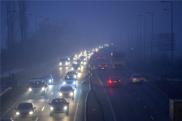 Gépjárművek közlekednek a 11-es főúton Budakalászon 2017. január 23-án. Tarlós István főpolgármester elrendelte a szmogriadó riasztási fokozatát a fővárosban. A magas szállópor-koncentráció miatt ezen a napon reggel 6 órától Budapest közigazgatási területén tilos azzal a gépjárművel közlekedni, amelynek forgalmi engedélyében a környezetvédelmi osztályt jelölő kód 0; 1; 2; 3; 4, vagy amelyek forgalmi engedélye nem tartalmaz környezetvédelmi osztályt jelölő kódot. MTI Fotó: Mohai Balázs