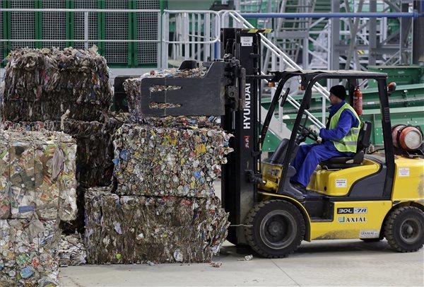 A békéscsabai hulladékválogató üzemcsarnoka 2017. február 13-án. Lezárult a hulladékválogató próbaüzeme, az Európai Unió jóváhagyta a 15 milliárd forintból létrehozott dél-alföldi hulladékgazdálkodási rendszer pénzügyi elszámolását. MTI Fotó: Lehoczky Péter