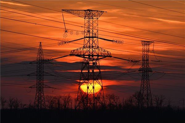 Magasfeszültségű távvezetékek a naplementében Debrecen közelében. MTI Fotó: Czeglédi Zsolt