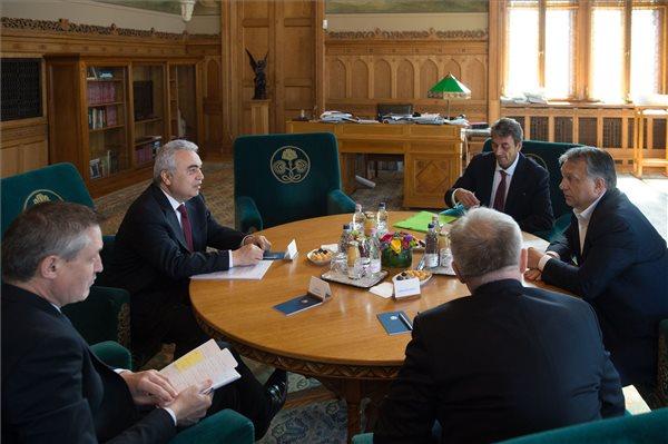 A Miniszterelnöki Sajtóiroda által közreadott képen Orbán Viktor miniszterelnök (j) Fatih Birollal, a Nemzetközi Energia Ügynökség ügyvezető igazgatójával (b2) tárgyal az Országházban 2017. június 15-én. MTI Fotó: Miniszterelnöki Sajtóiroda / Botár Gergely