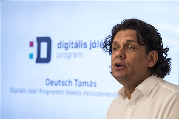 Deutsch Tamás, a Digitális jólét programért felelős miniszterelnöki biztos az első mobil Digitális jólét alapcsomag bevezetése alkalmából tartott sajtótájékoztatón az Aréna Pláza Telenor üzletében 2017. augusztus 1-jén. A Telenor elsőként vette fel mobilinternetes kínálatába a Digitális jólét alapcsomagot. MTI Fotó: Szigetváry Zsolt